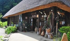 salah satu rumah yang menjual souvenir khas iyashi no sato