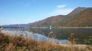 Danau Saiko yang dikelilingi daun-daun yang mulai memerah