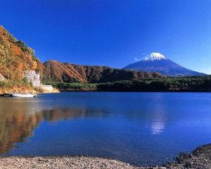 Gunung Fuji dilihat dari Danau Saiko