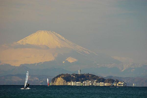 melihat fuji dari  enoshima