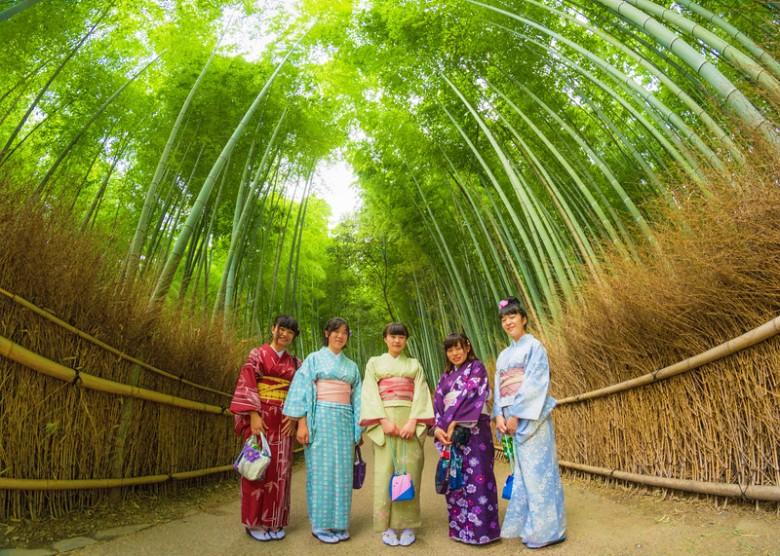arashiyama-bamboo-grove-kimono-girls-l